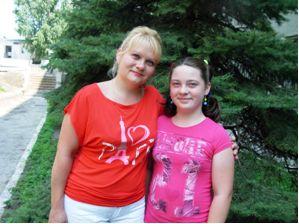 Кучерява Кароліна та мама Олеся